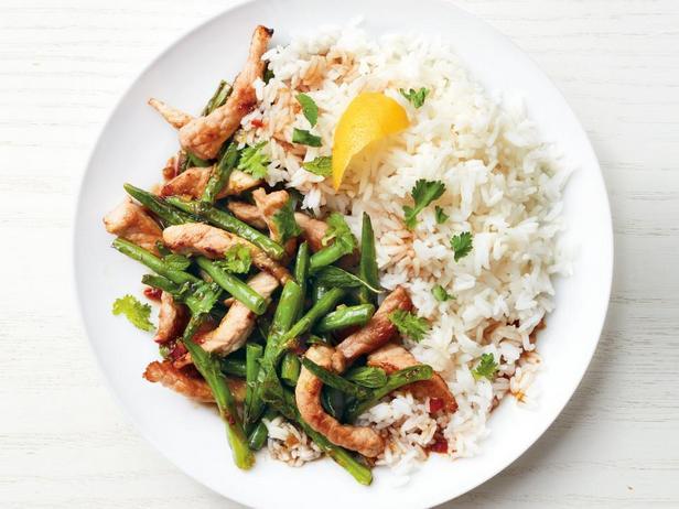 Фотография блюда - Свинина, тушёная в рыбном соусе и гарнир из стручковой фасоли стир-фрай