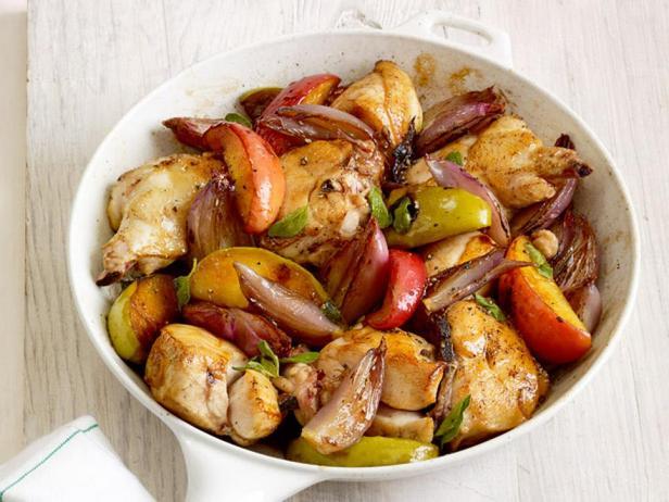 Фотография блюда - Жареные куриные грудки в глазури с яблоками