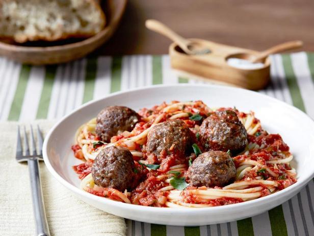 Фотография блюда - Спагетти с тефтелями в томатном соусе