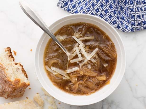 Фотография блюда - Французский луковый суп с хересом и бренди