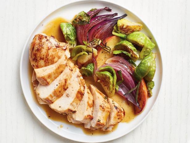 Фотография блюда - Курица и брюссельская капуста с соусом на основе яблочного сока