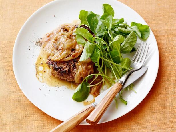 Фотография блюда - Солсбери стейк с французской луковой подливой