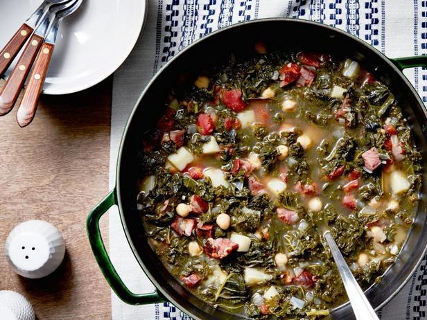 Фотография блюда - Португальский суп с нутом и капустой кале