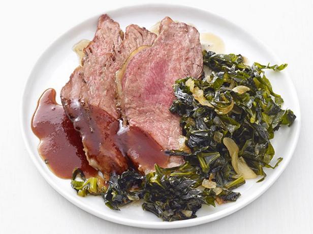 Фотография блюда - Нежный стейк с острой корочкой и гарниром из тушёной листовой капусты