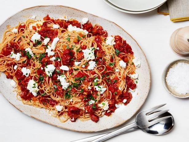 Фотография блюда - Паста капелли д'анджело с вялеными томатами и козьим сыром