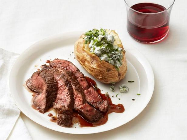 Фотография блюда - Стейк и картофель, фаршированный голубым сыром