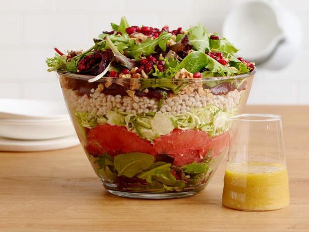 Фотография блюда - Зимний слоеный салат со свеклой и брюссельской капустой