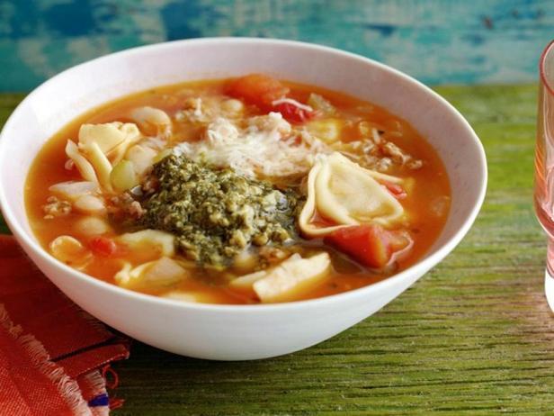 Фотография блюда - Фасолевый суп с итальянскими пельменями и зелёной заправкой