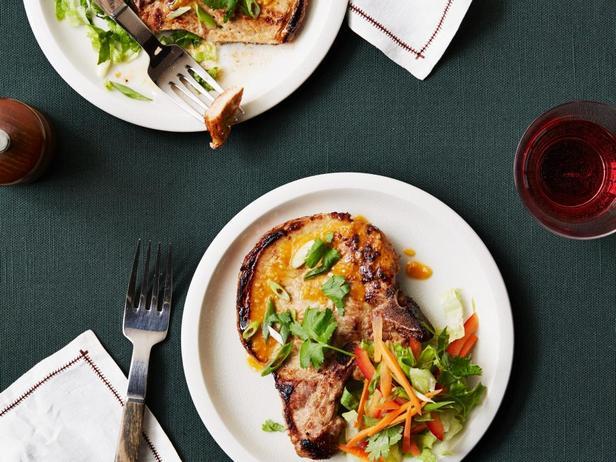 Фотография блюда - Запечённые свиные котлеты на кости, маринованные по-азиатски