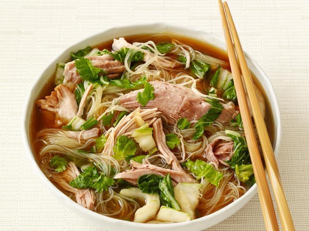 Фотография блюда - Рисовая лапша со свининой в медленноварке