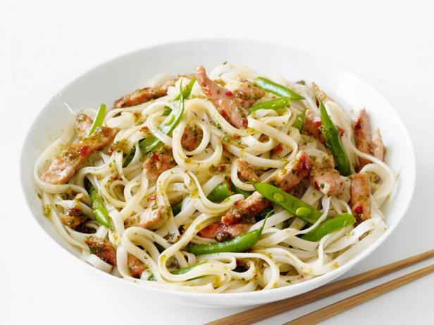 Фотография блюда - Свинина с рисовой лапшой по-тайски