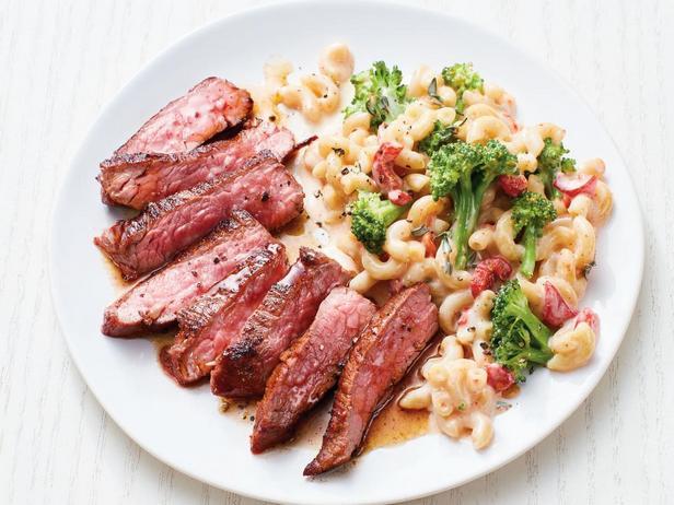 Фотография блюда - Фланк стейк с Мак-н-чиз и брокколи