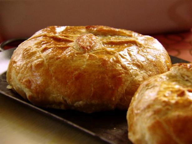 Фотография блюда - Слойки с сыром бри и луком видалия
