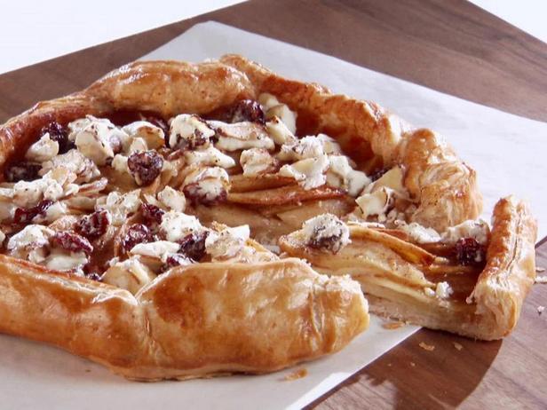 Фотография блюда - Яблочная галета с топпингом из козьего сыра, вишни и миндаля