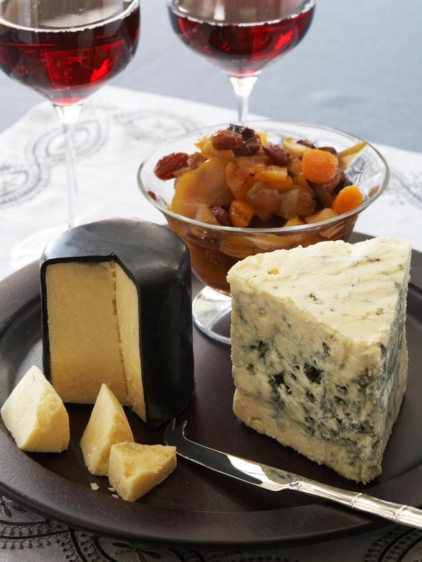 Фотография блюда - Сырная тарелка с зимним компоте из сухофруктов