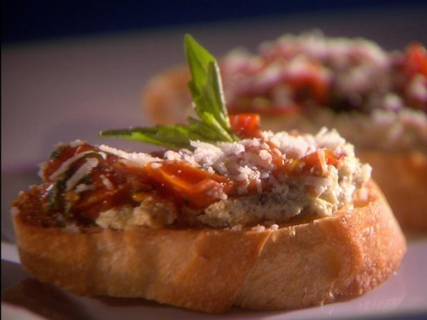 Фотография блюда - Кростини с печёными помидорами и 3 видами сыра