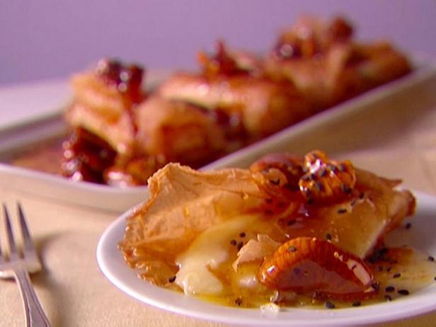 Фотография блюда - Закуска из сыра моцарелла с медом и инжиром
