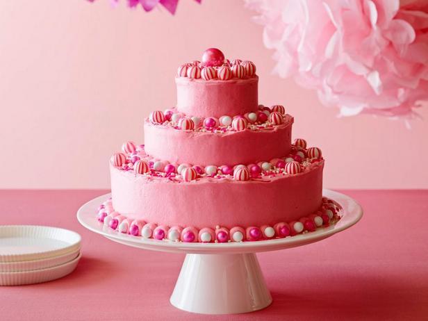 Фото блюда - Именинный торт с ярко-розовой масляной глазурью