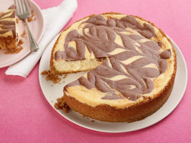 Фотография блюда - Шоколадно-ирисовый мраморный чизкейк