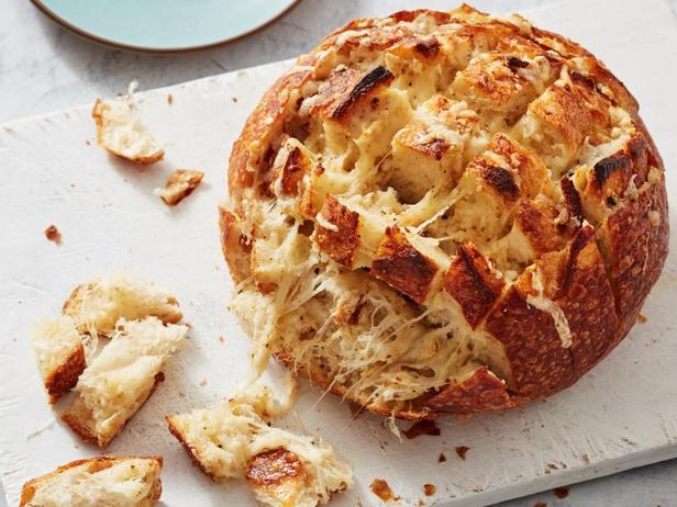 Фото блюда - Сырный хлеб с 4 видами сыра и печёным чесноком