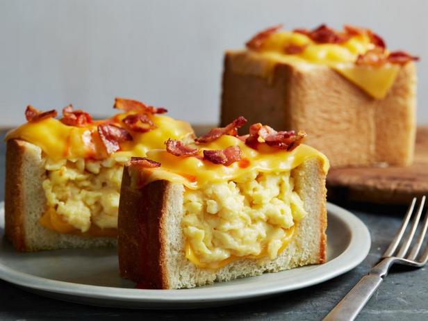 Фото блюда - Хлеб с яичницей скрэмбл и беконом, запеченный под сыром