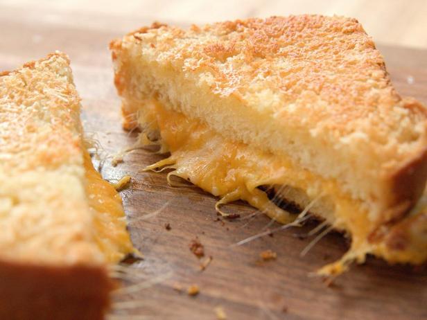 Фото блюда - Хрустящий горячий сэндвич с сыром