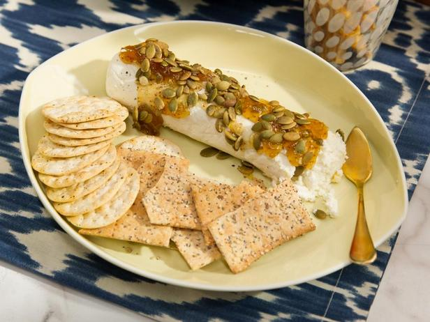 Фотография блюда - Полено козьего сыра с инжиром и тыквенными семечками