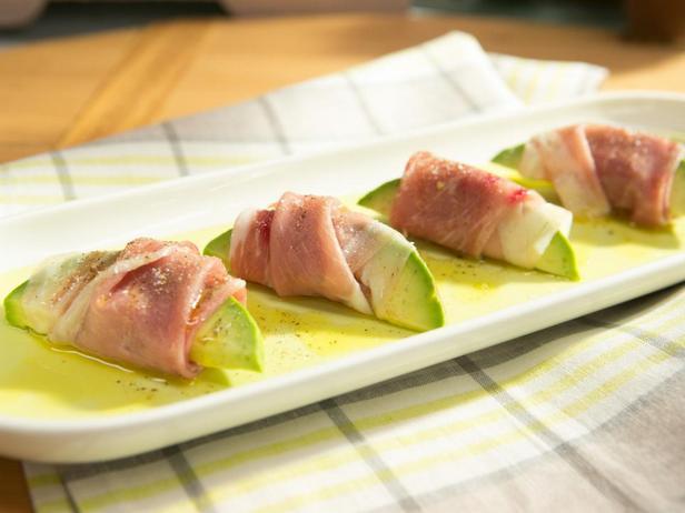 Фотография блюда - Закуска из авокадо, завёрнутого в прошутто