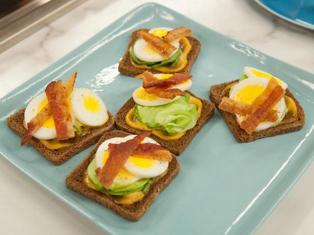 Фотография блюда - Мини-кростини с яйцом и беконом
