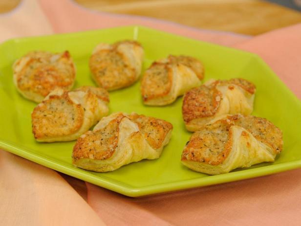 Фотография блюда - Быстрые слойки с сыром