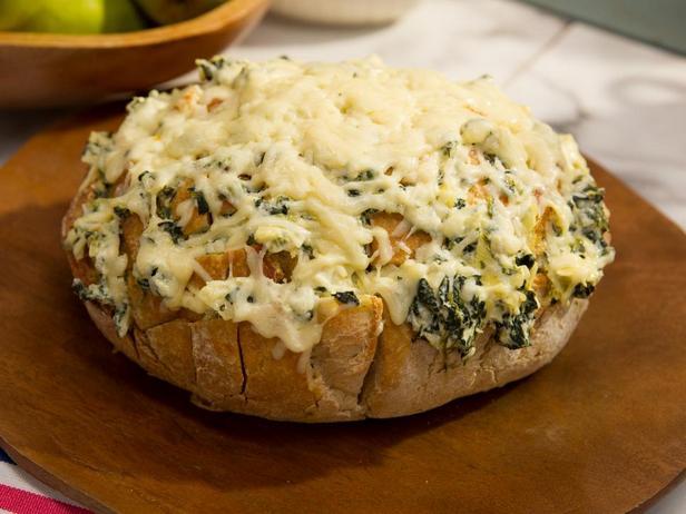 Фотография блюда - Сырный хлеб с дипом из артишоков и шпината