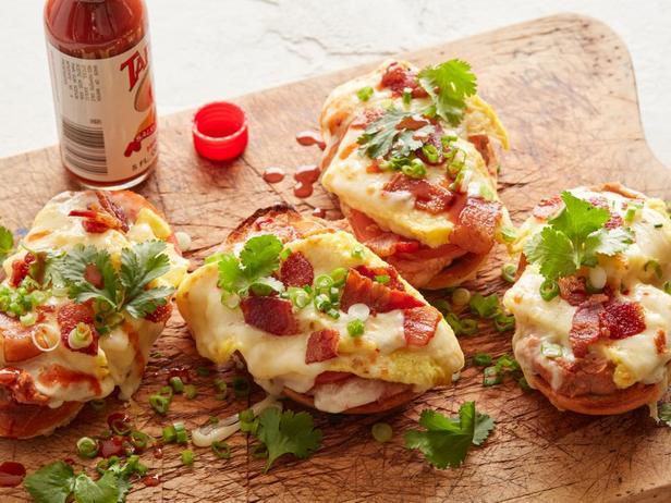 Фотография блюда - Горячие бутерброды Мольетес с яичницей и беконом