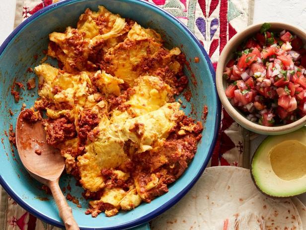Фотография блюда - Мексиканская яичница с колбасой – Уэвос кон чорисо