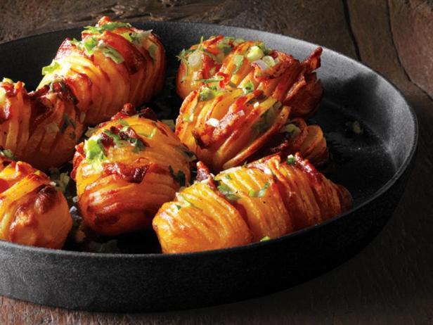 Фотография блюда - Картофель с беконом, запеченный гармошкой
