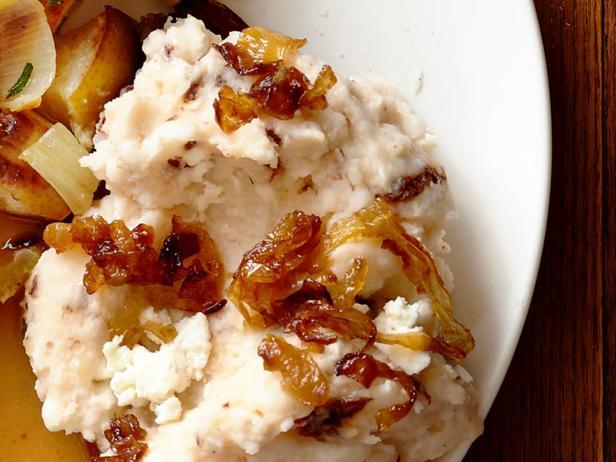 Фотография блюда - Картофельное пюре с козьим сыром и карамелизированным луком-шалот