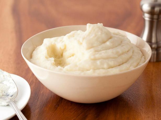 Фотография блюда - Картофельное пюре с печёным чесноком и сыром маскарпоне