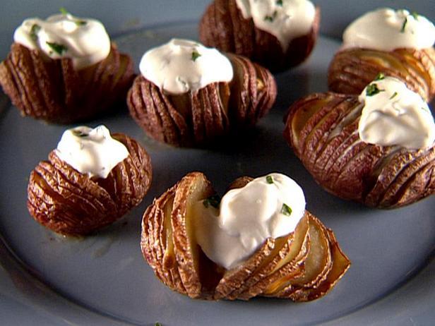 Фотография блюда - Картофель Хассельбак (Картошка-гармошка) с чесноком и сметаной