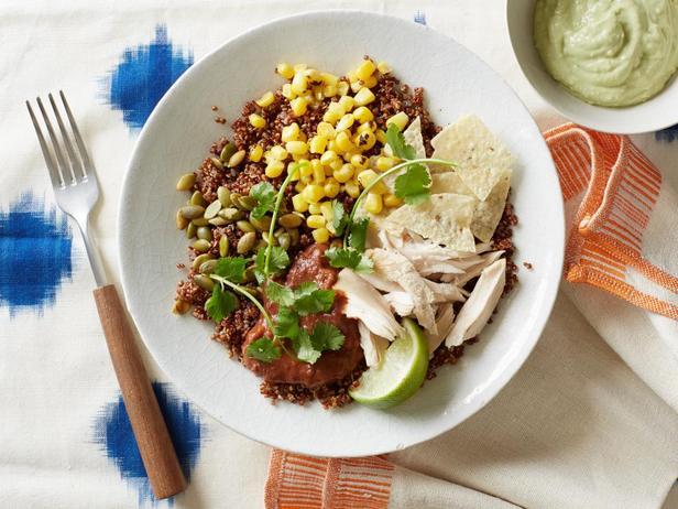 Фотография блюда - Боул из киноа, курицы и авокадо-крема