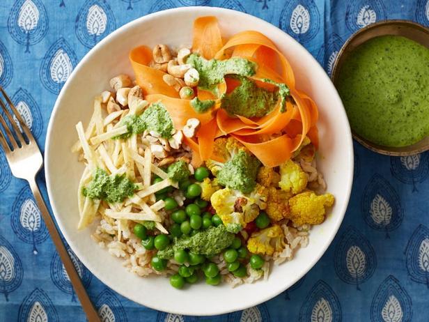 Фотография блюда - Коричневый рис с запеченной цветной капустой и зеленым чатни