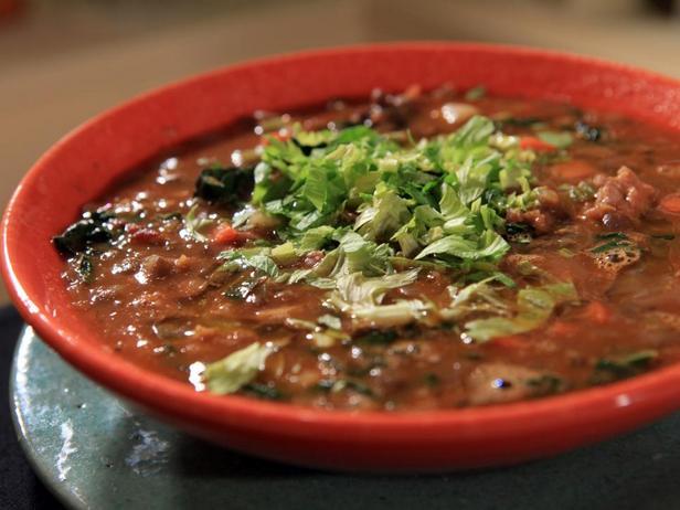 Фотография блюда - Чечевичный суп с колбасками и капустой