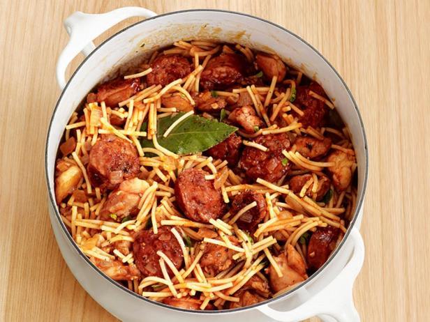 Фотография блюда - Лапша с курицей и колбасой по-итальянски