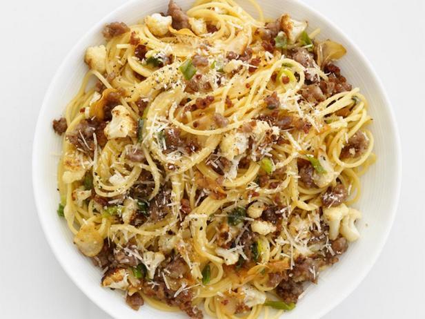 Фотография блюда - Спагетти с тушеной цветной капустой и итальянскими колбасками