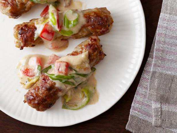 Фотография блюда - Жареные колбаски под молочным соусом