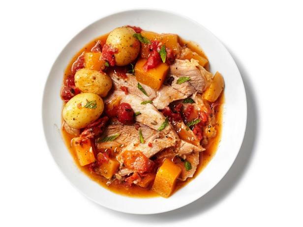 Фотография блюда - Свиная лопатка, тушенная с корнеплодами и кориандром в медленноварке