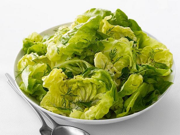 Фото Зелень бостонского салата с лимонно-оливковой заправкой