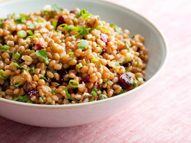 Фото Пшеничная каша с грецкими орехами и сушёной вишней