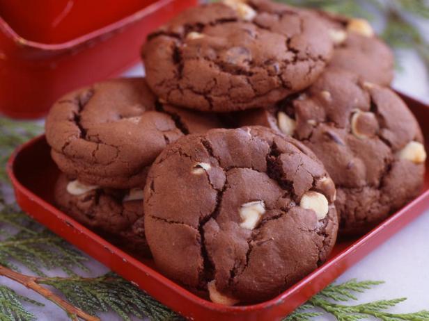 Фотография блюда - Печенье «Три шоколада» с гвоздикой