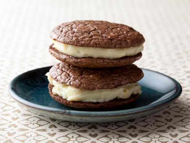 Фотография блюда - Бисквитное шоколадное печенье «Вупи пай» с миндальным кремом