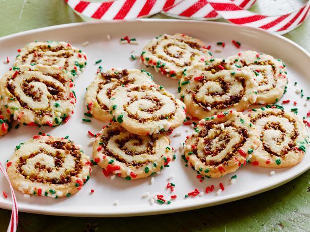 Фото блюда - Печенье «Спиральки» с вишнёво-фисташковой начинкой