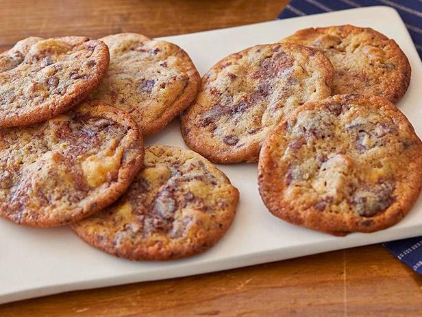 Фото блюда - Печенье с шоколадной крошкой «Три шоколада»